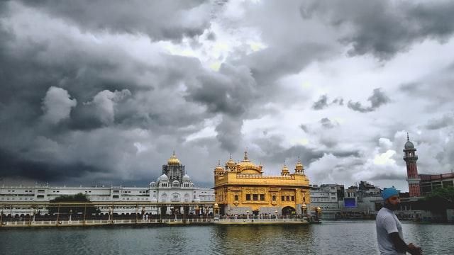Guj 'kar sewaks' cleans Kashi