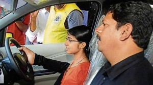 Woman born with no hands gets driving license