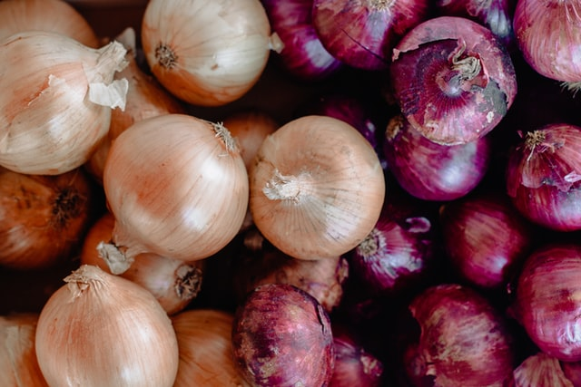 Tamil Nadu shop offers free onions for smartphones