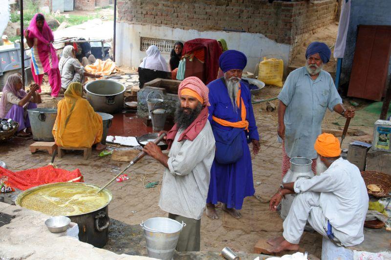 Langar on Wheels by Delhi Sikh Gurudwara