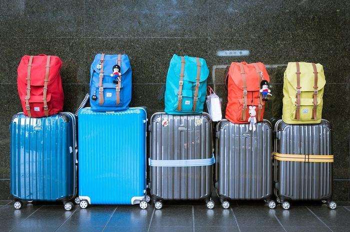 Passengers eat oranges to avoid baggage fee