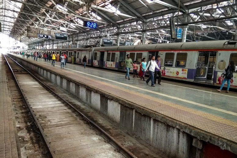 Bombay HC asks Maha govt. to allow vaccinated people in local trains